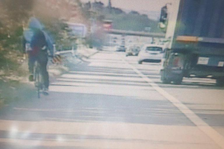 Cyclist on M23 (picture via SurreyRoadCops on Twitter).jpg