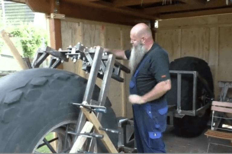Frank Dose building his bike (T-Online video still).PNG