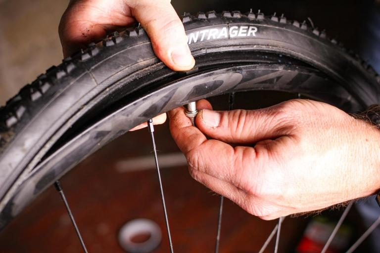 How to fit a tubeless tyre  13