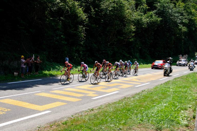 Lance Armstrong passes Livestrong TDF road marking © PhotoSport International.jpg