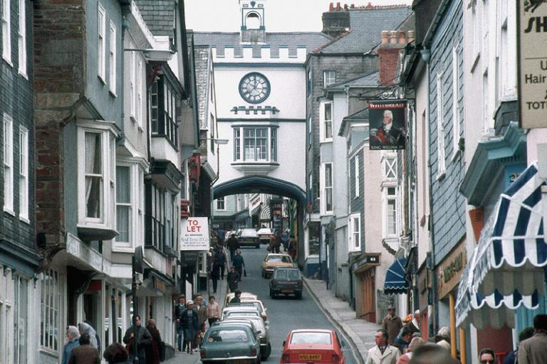 Totnes High St (copyright Manfred Heyde:Wikimedia Commons).jpg