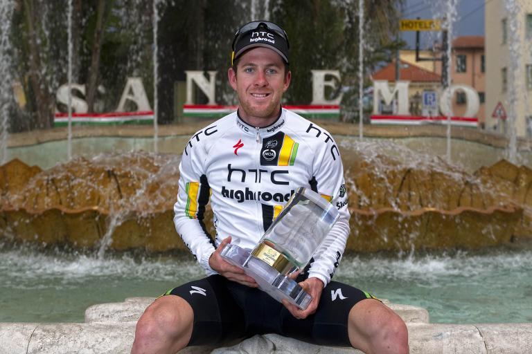 15 Matt Goss with the Milan San Remo trophy LaPresse RCS Sport .JPG