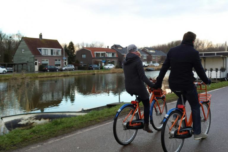 Couple cycling  (licenced under CC BY 2.0 on Flickr by European Cyclists' Federation)