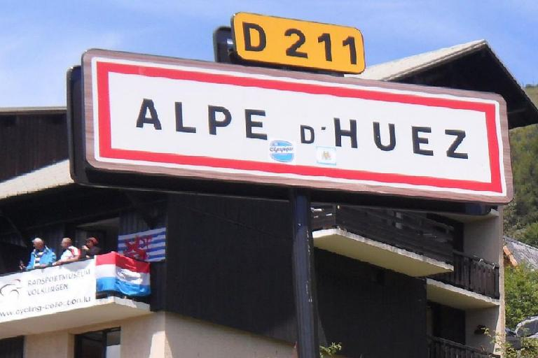 Alpe d'Huez sign (licensed on Wikimedia Commons under CC-BY-SA 3.0 by Paul 14)