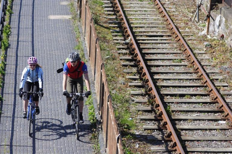 Bike commuting (CC BY-NC-SA 2.0 Dave Atkinson:Flickr) 02