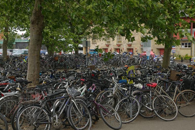 Bikes at Cambridge Station (CC licensed by mattbuck4950)