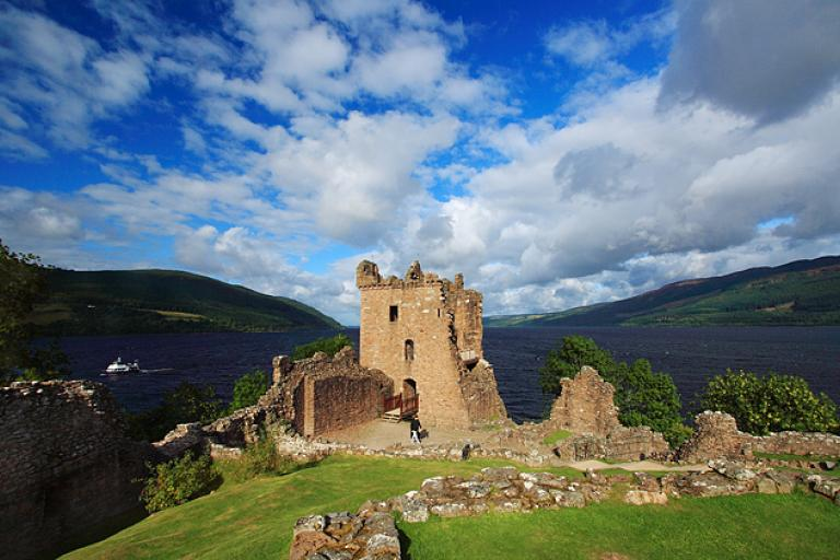 Castle Urquhart, Loch Ness - Mike Searle, Creative Commons:geograph.org.uk