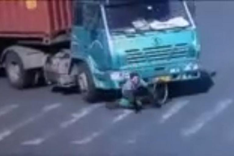 Chinese cyclist's lucky escape