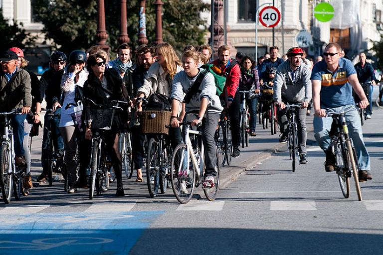 Copenhagen cyclists at red light (Heb, Wikimedia Commons)