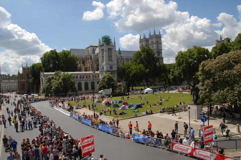 Crowds at the 2007 Tour de France in London (copyright jtlondon:Flickr)
