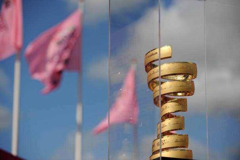 Giro d'Italia trophy with flags (picture Fabio Ferrari - LaPresse - RCS Sport)