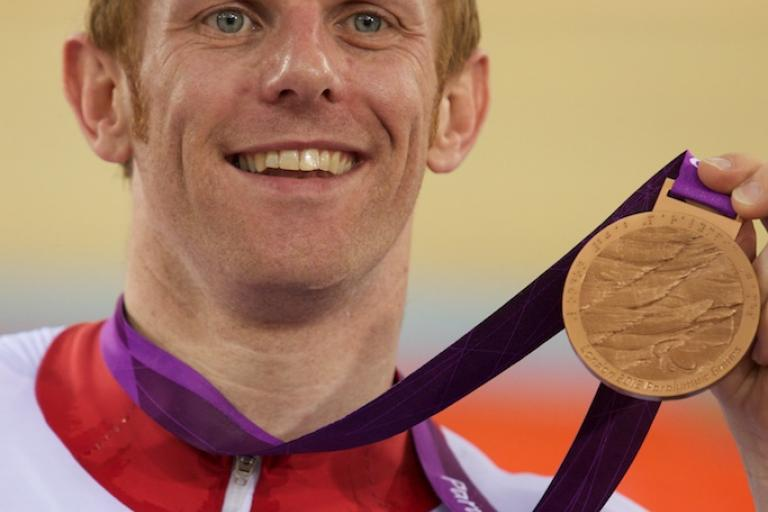 Jody Cundy with Paralympic medal (© Kelkel)