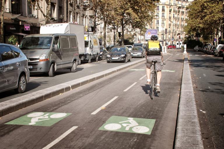 Paris segregated cycle lane (copyright Simon MacMichael)