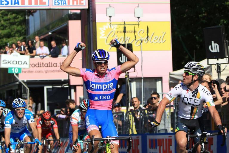 Petacchi beats Cavendish in Parma (picture Daniele Badolato, LaPresse, RCS Sport)