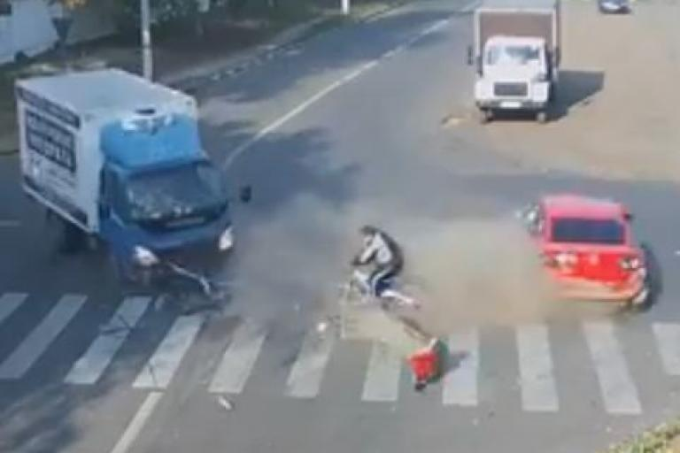 Russian lorry and car collision YouTube still