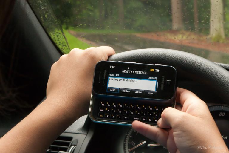 Texting while driving (CC BY-NC-ND 2.0 licence by Paul Oka:Flickr)