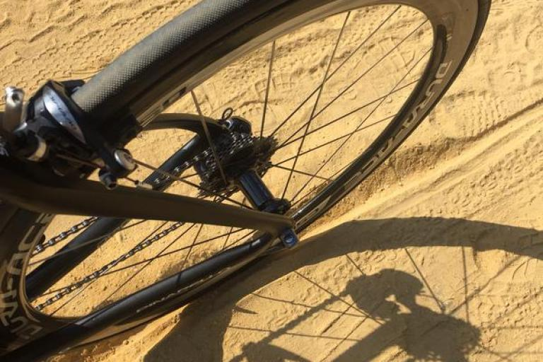 Vuelta 2015 sand on TTT course (picture by Nicolas Roche on Twitter)