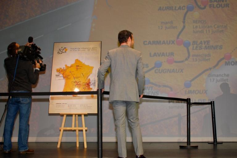 Mark Cavendish studies 2011 Tour de France route © Simon MacMichael