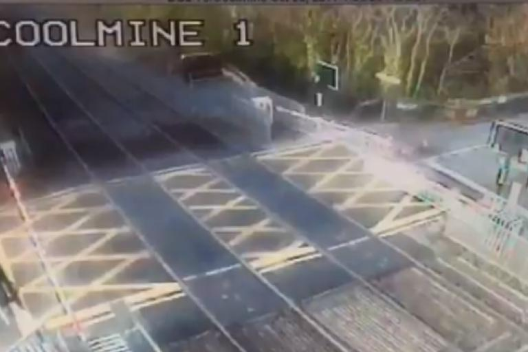 Level crossing in Ireland (via Twitter).PNG