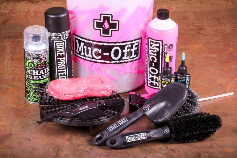 Muc-Off Dirt Bucket Kit - contents.jpg
