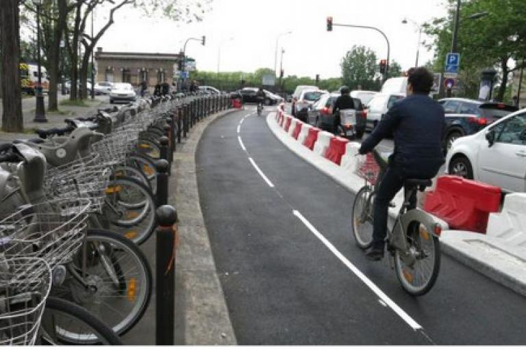Paris bike lane (c) Twitter user WeelzFr.png