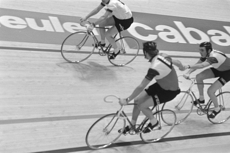 Peter Post handlsings Patrick Sercu at Rotterdam Six Day, 1971 ( Creative Commons CC0 1.0 Universal Public Domain Dedication)
