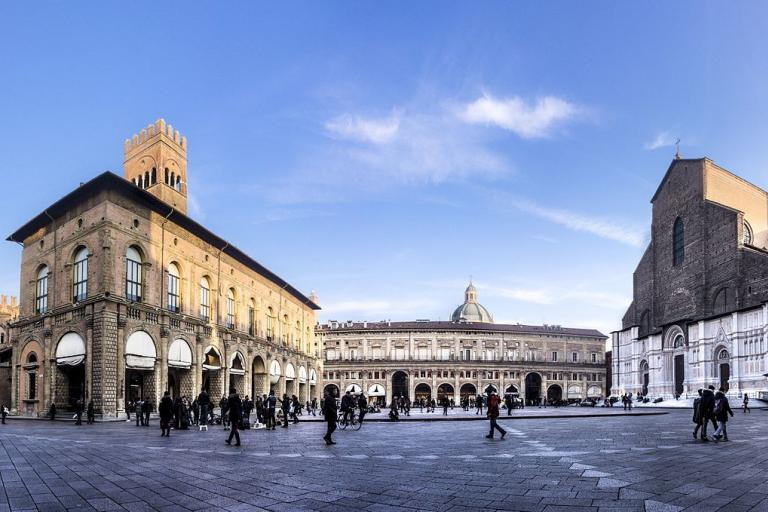 Piazza Maggiore, Bologna licensed CCC BY SA 4.0 by Vanna Lazzari