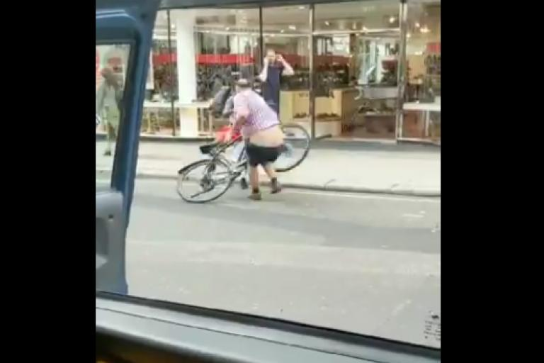 Taxi driver confronts cyclist (via Yorkshire_G on Twitter).PNG