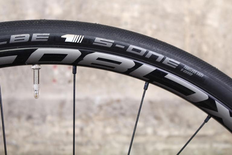 Tifosi Cavazzo - tyre and rim.jpg